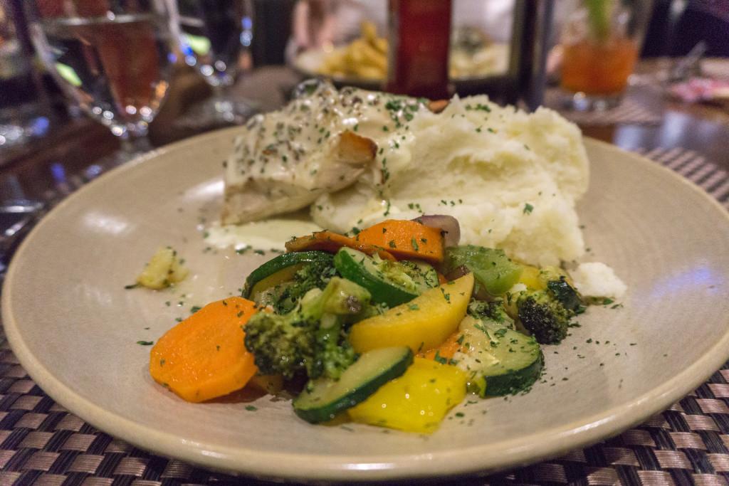 Assiette de poulet et legumes du Franks Bar & Grill