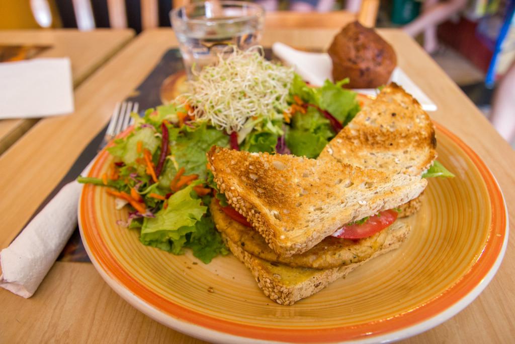 Plat vegetarien avec sandwich et salade du Lotus Bleu