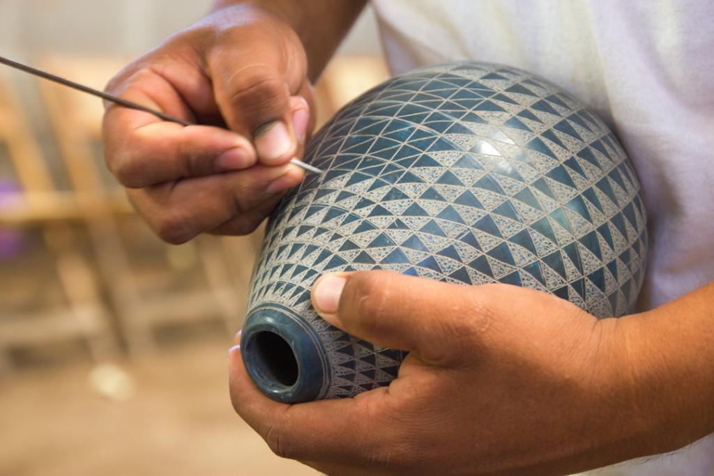 Artisan en train de graver - Nicaragua
