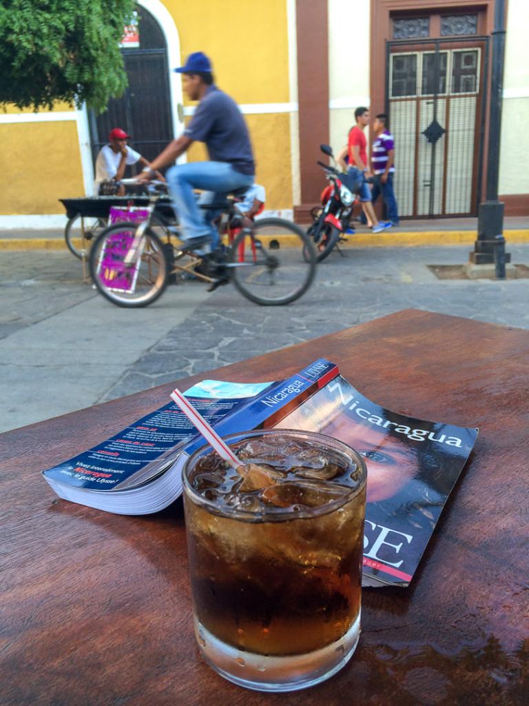 Cocktail sur la table devant guide Ulysse Nicaragua