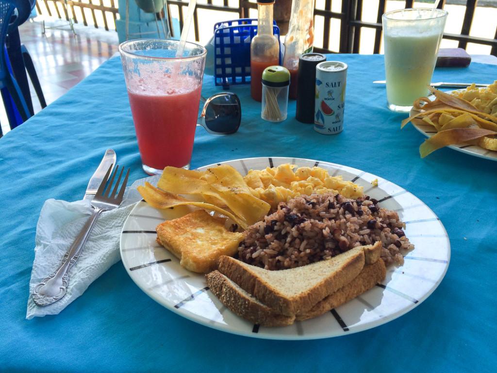 Dejeuner typique avec riz et feves - Nicaragua