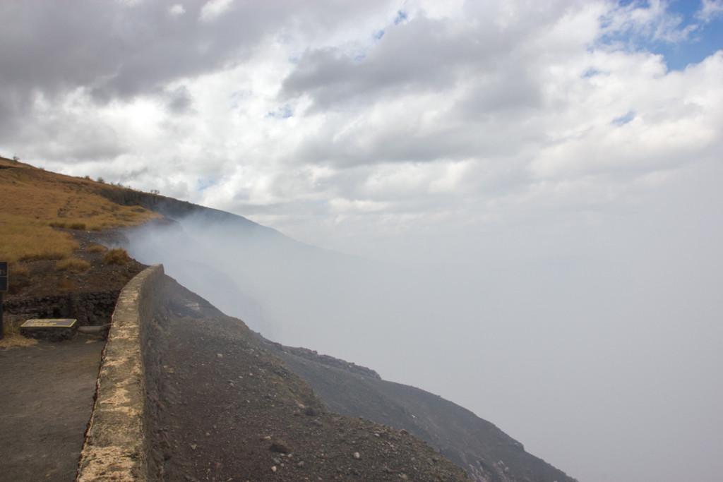 Fumee blanche du volcan Masaya