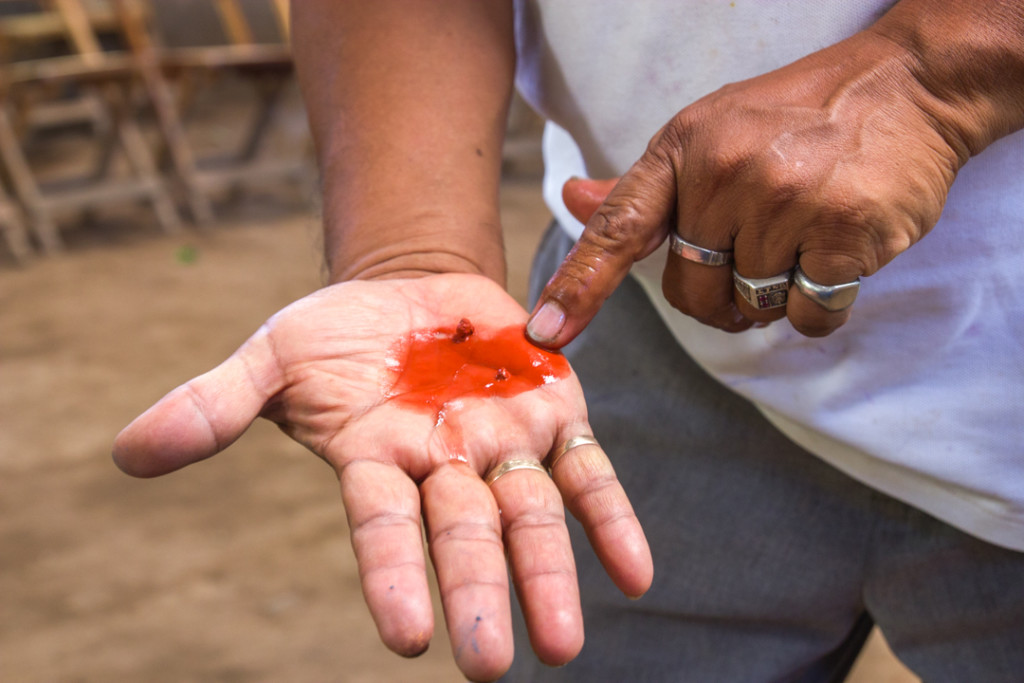 Main d'un artisan de ceramique - San Juan del Oriente dans les Pueblos Blancos