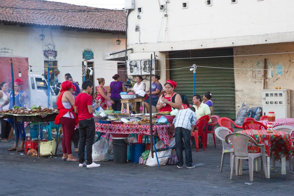 Marche exterieur et street food de Leon