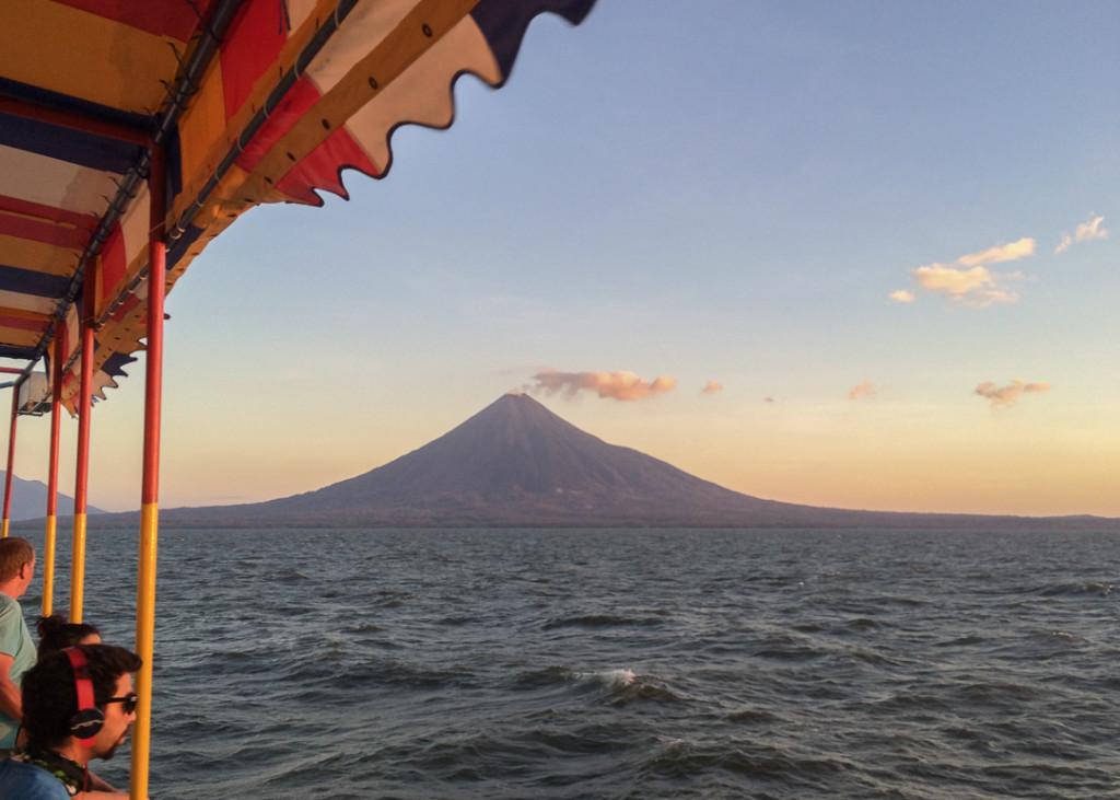 Ometepe vu de loin en bateau