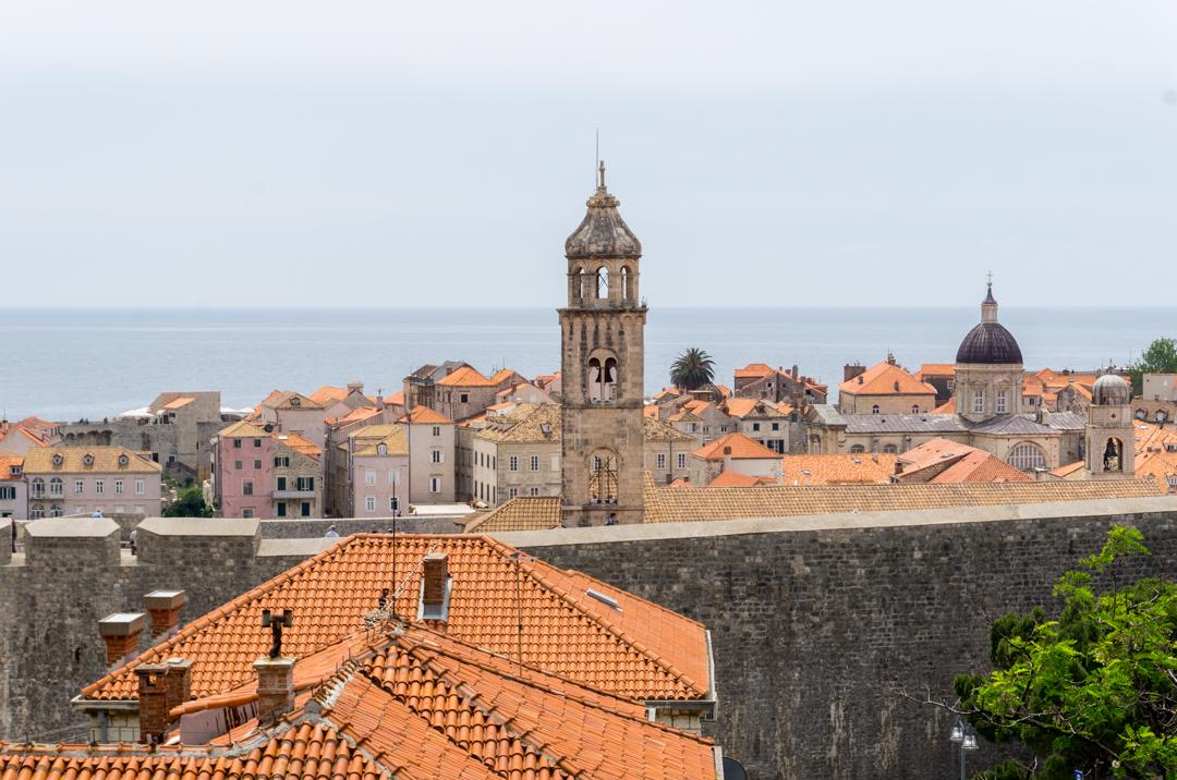 Premier regard sur les toits de tuiles de Dubrovnik