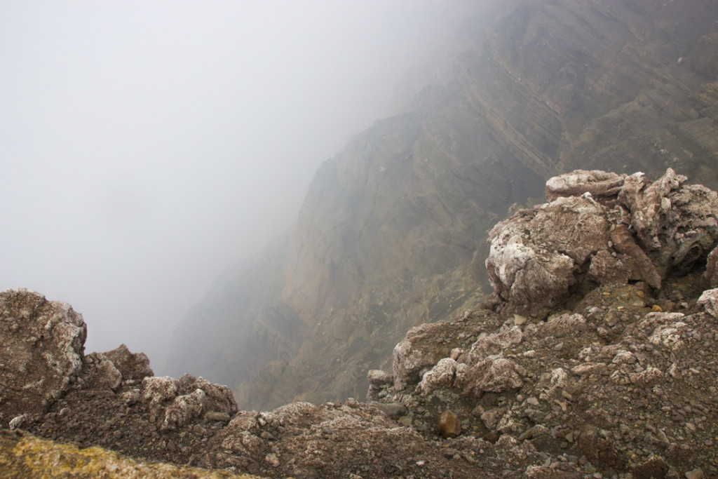 Rochers et fumee au-dessus du volcan
