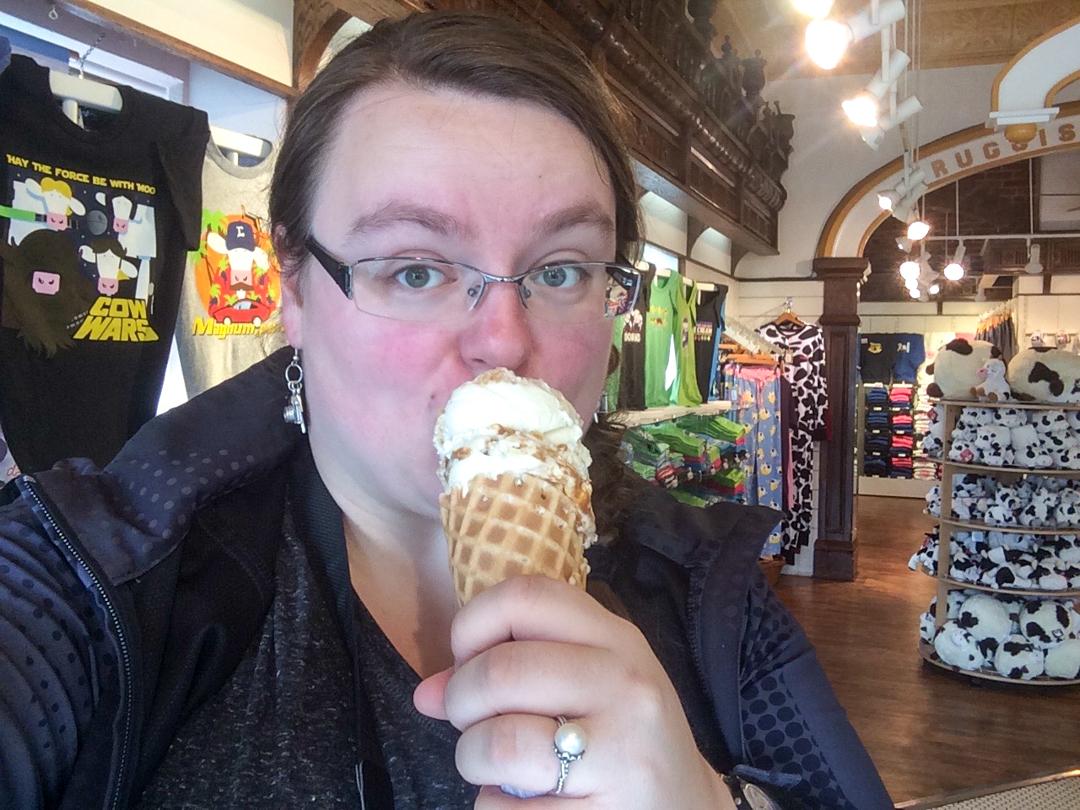 Jennifer et cornet de creme glacee - Cows Creamery