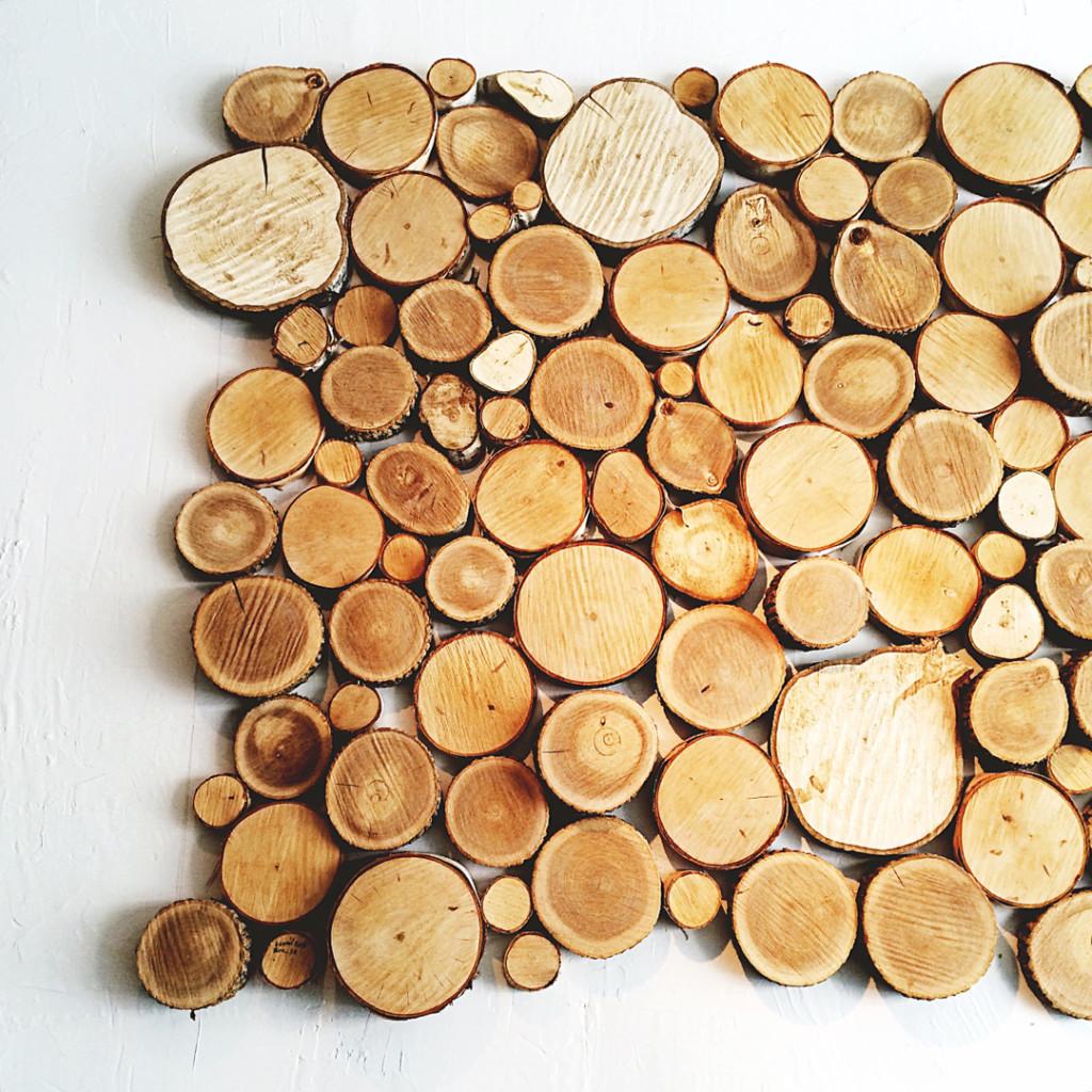 deuxparquatre bois rond sur le mur
