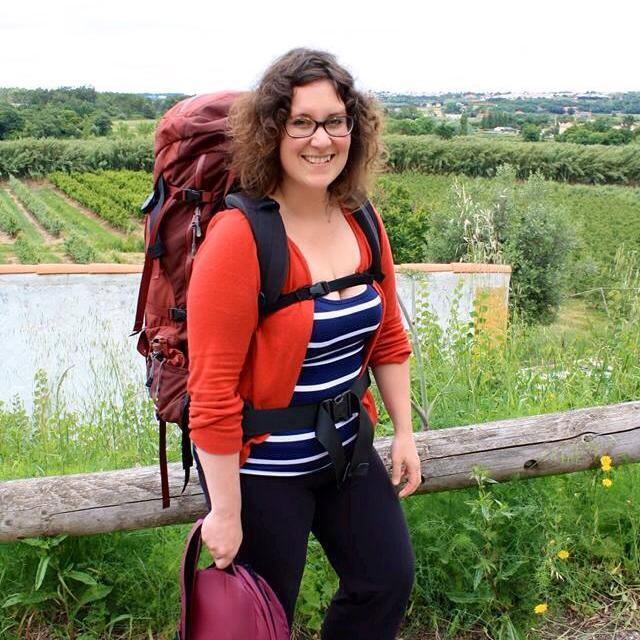 Annie Anywhere avec un trop gros sac au Portugal