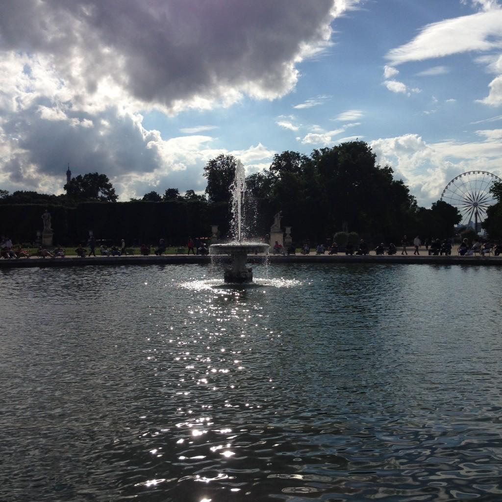 Paris, le soleil dans les yeux au Jardin des Tuileries