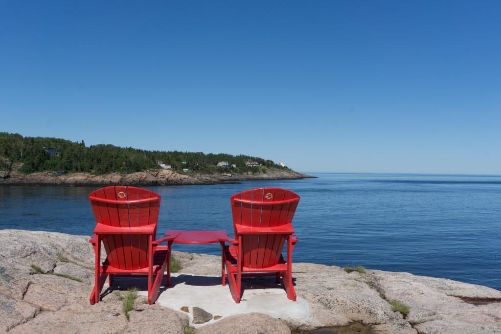 Les fameuses chaises rouges de Parcs Canada au Centre de découverte du milieu marin