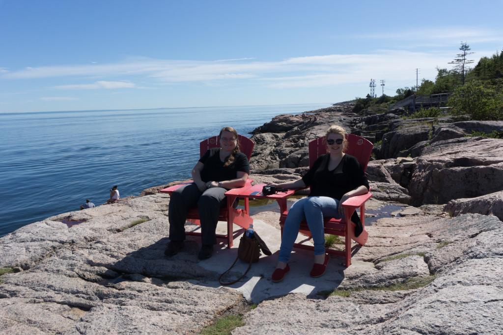 Petite pause détente sur les chaises rouges de Tadoussac/Les Escoumins