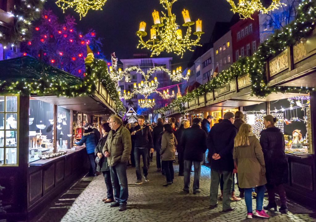 Allées de Heumarkt avec la patinoire du marché de Noël allemand de Cologne