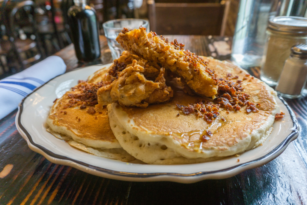 Crêpes au poulet pané et bacon - Jacob's Pickles - Brunch à New York City