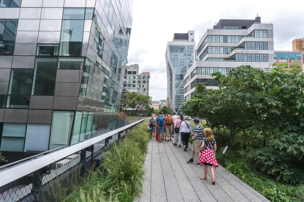 Entre les buildings sur la Highline en voyage à New York