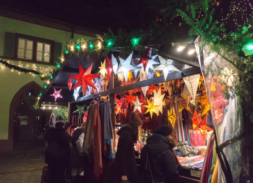 Étoiles scintillantes - Marché de Noël de Freiburg, Allemagne
