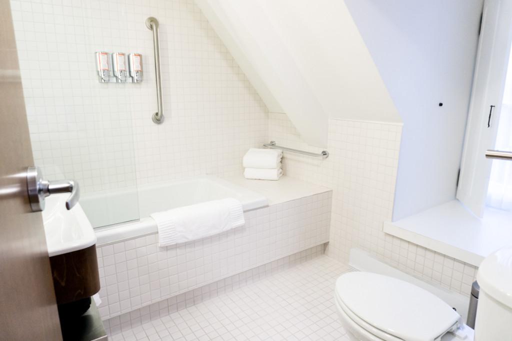 Salle de bain privée - Chambre contemporaine