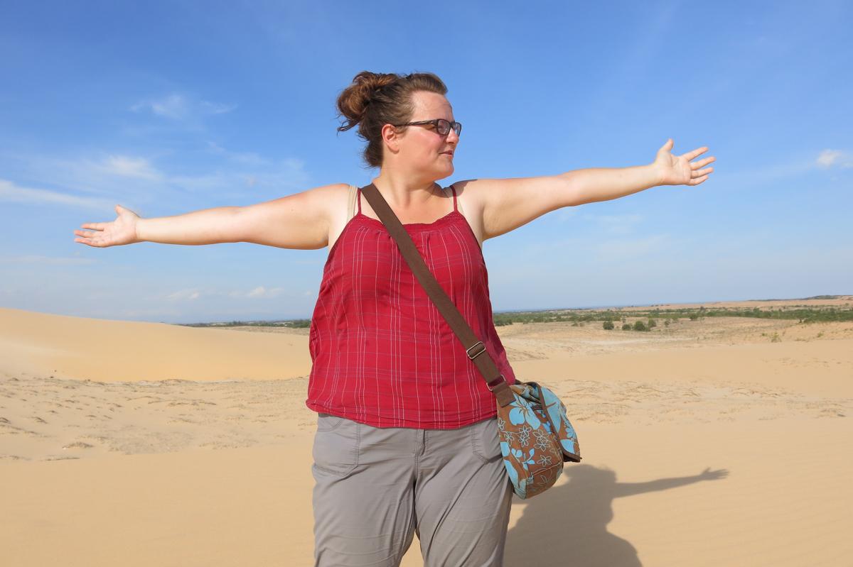 Jennifer Doré Dallas dans le désert blanc de Mui Ne, Vietnam