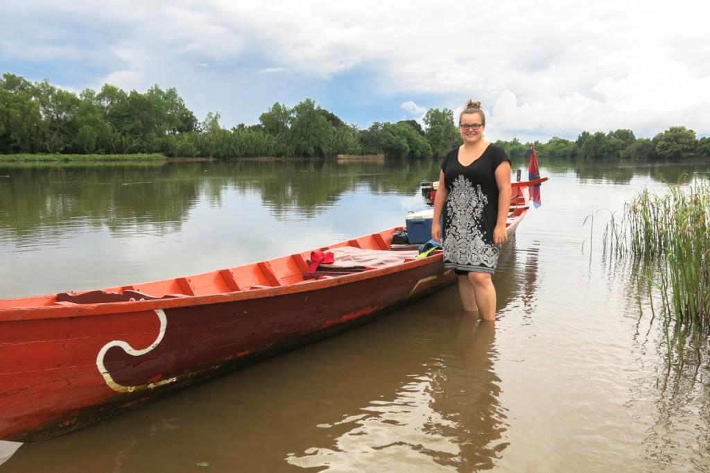 Jennifer Doré Dallas sur la rivière à Kampot au Cambodge
