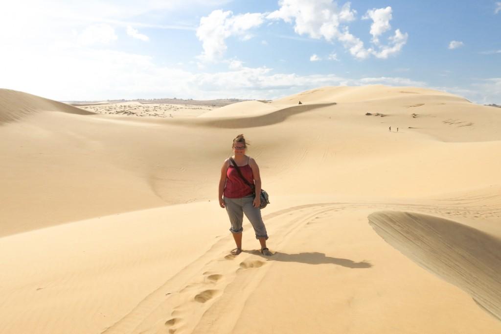 Jennifer dans le désert de Mui Ne au Vietnam