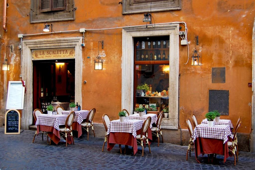 Manger seul au restaurant en voyage