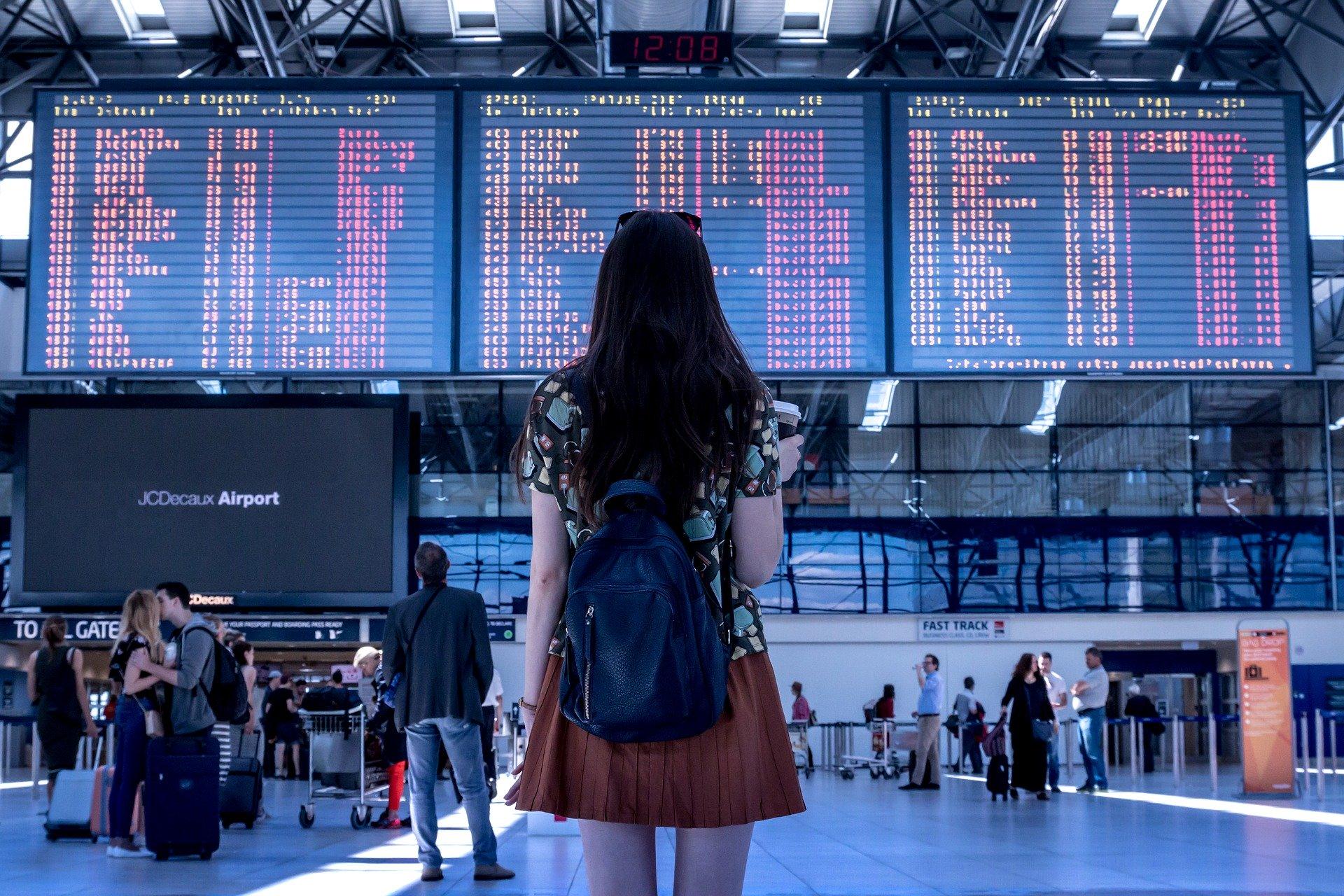 Voyage d'une femme seule devant le babillard de l'aéroport - Jan Vasek de Pixabay