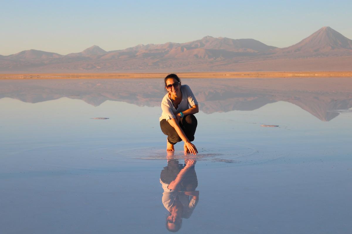 Voyager seule au Lac Tebenquiche dans le désert d'Atacama au Chili