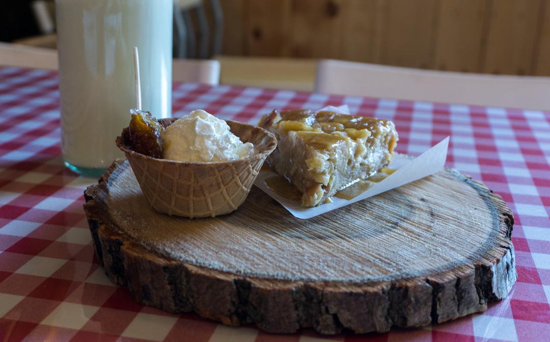 Tarte aux pommes et à l'érable avec crème glacée et tire d'érable.
