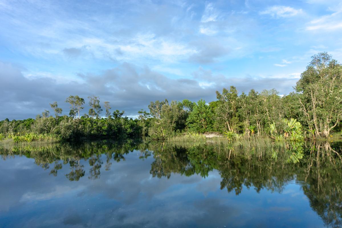Vue sur le canal des Pangalanes de Madagascar qui reflète comme un miroir au petit matin