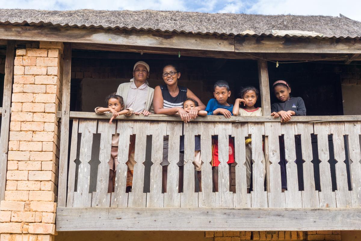 Toute la famille au balcon après le lunch villageois à Anjozorobe, Madagascar