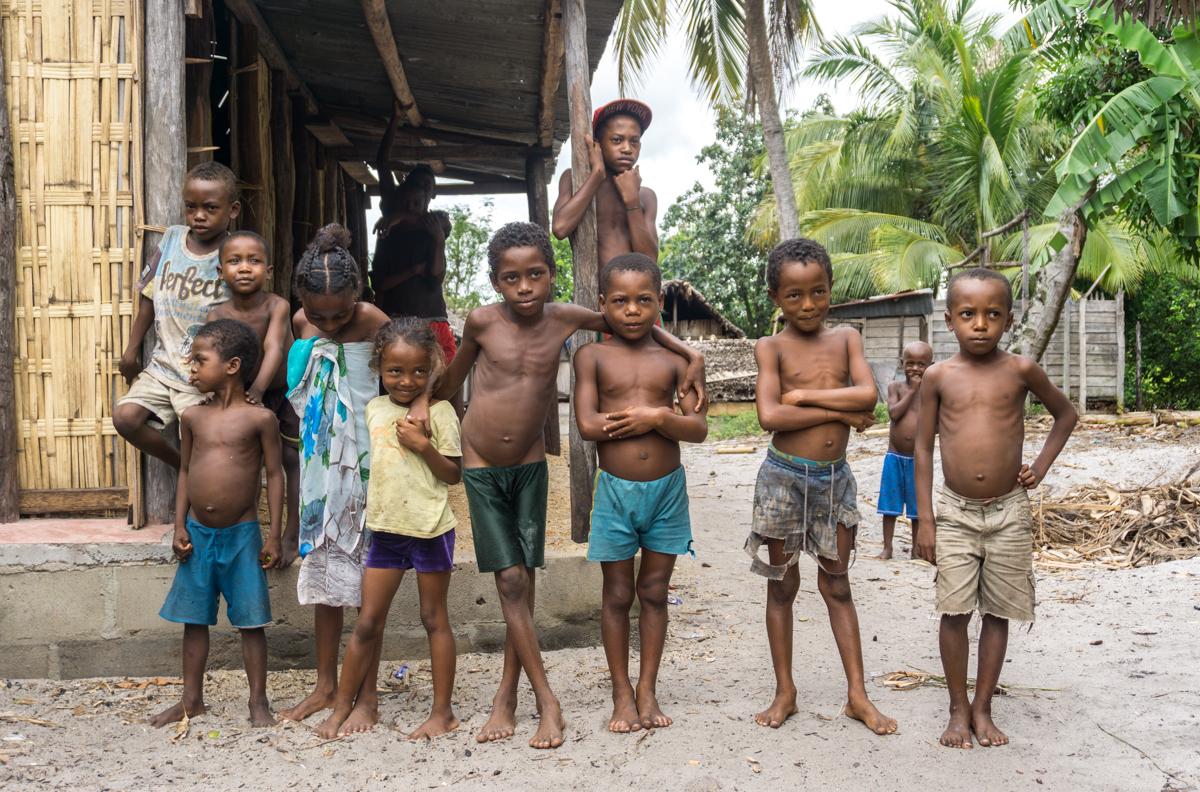 Groupe d'enfants qui voulaient se faire photographier à Vohibola, Madagascar
