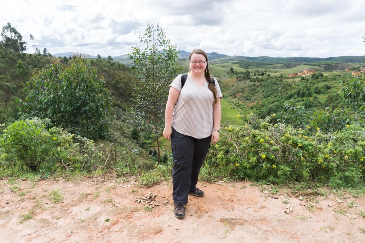 Jennifer juste devant une vue sur les rizières d'Anjozorobe