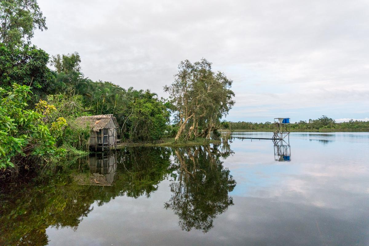 Promenade en bateau au lever du jour sur le canal des Pangalanes en voyage solidaire à Madagascar