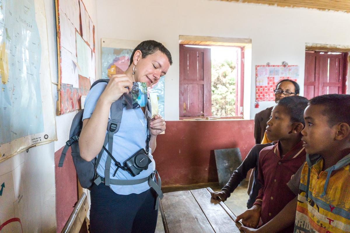 Aurélie de Curieuse voyageuse devant la classe à Anjozorobe, Madagascar