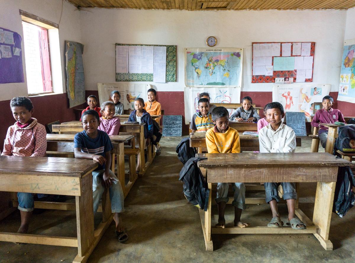 Classe pleine d'élèves à Anjozorobe, Madagascar