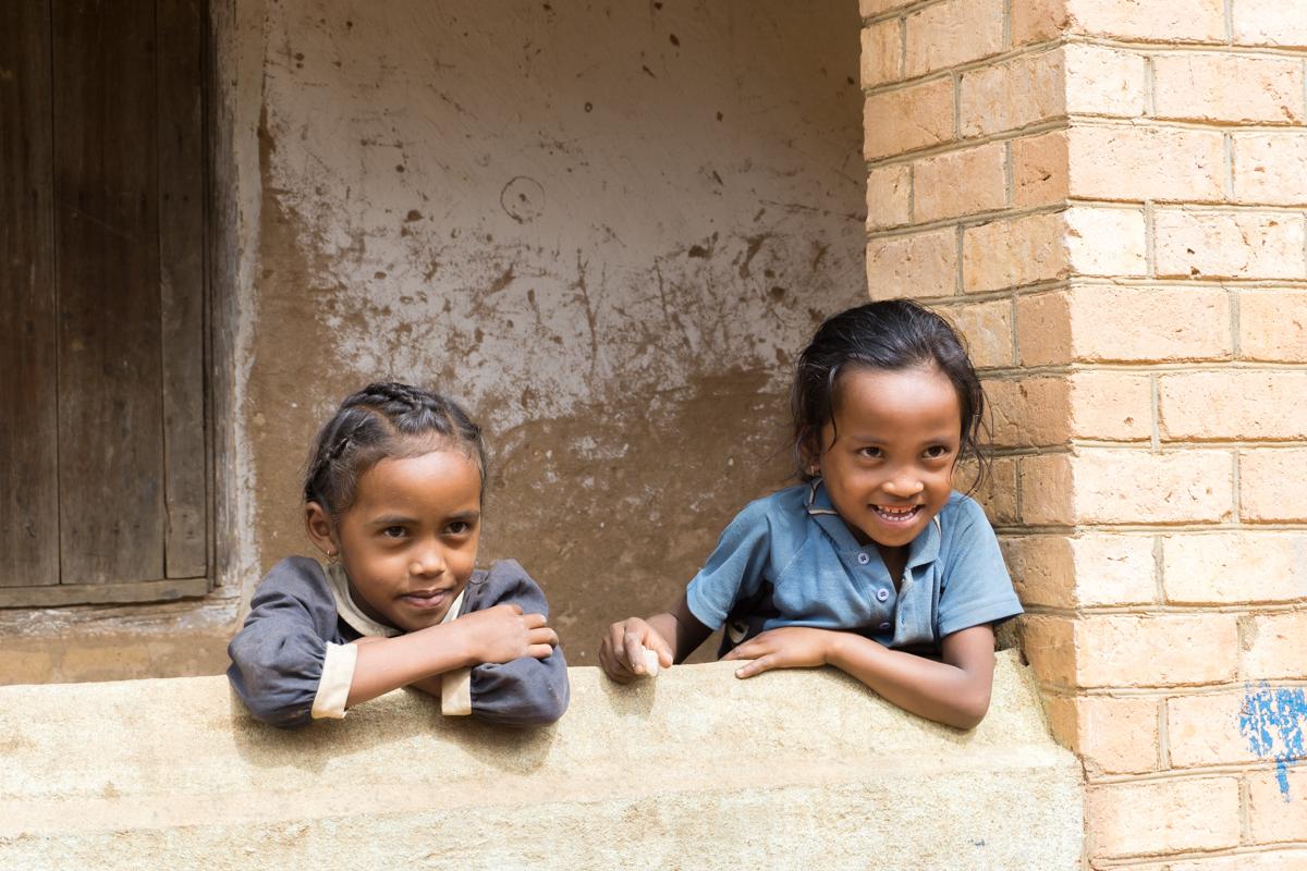Deux enfants malgaches tout sourires pour ma première fois à Madagascar