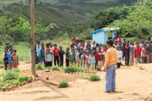 Enfants qui chantent l'hymne national malgache