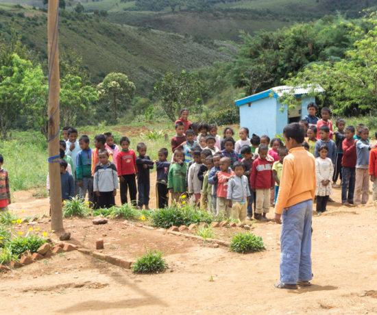 Enfants qui chantent l'hymne national malgache
