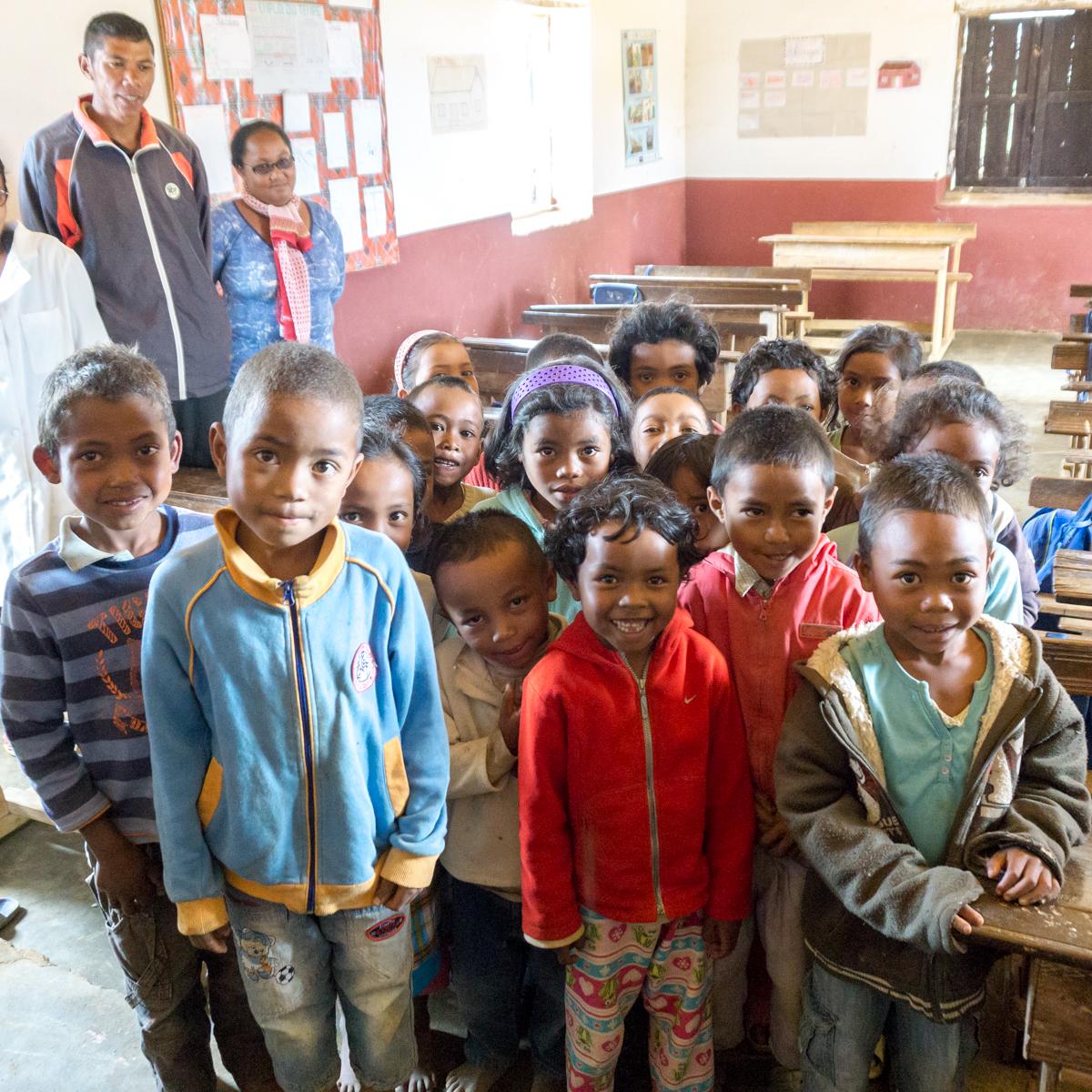 Les enfants de Madagascar devant nous dans la classe d'Anjozorobe, Madagascar