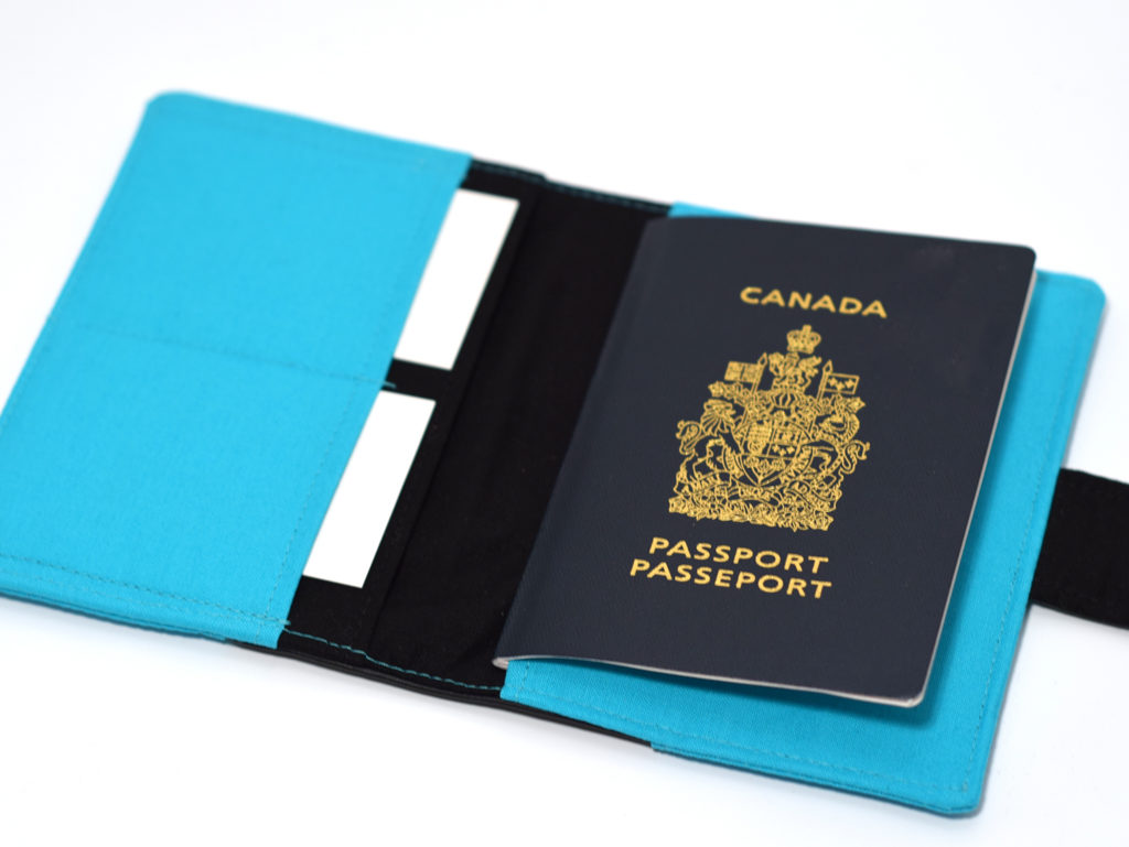 Avec une pochette pratique - Trois étuis à passeport Moi, mes souliers de Filabil