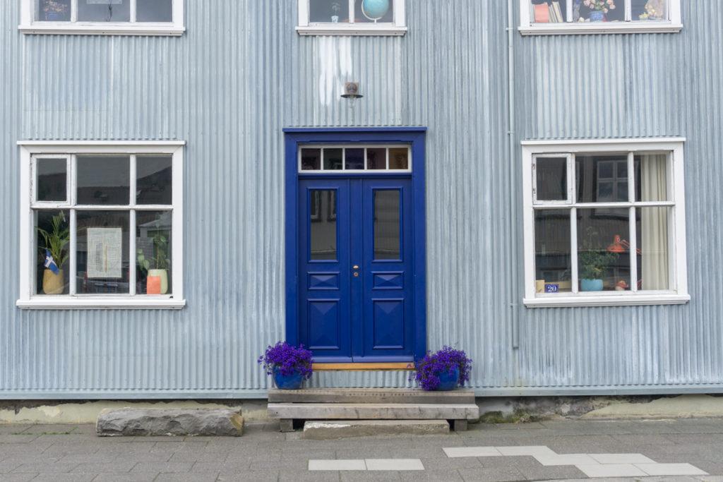Porte bleue dans les rues de Reykjavik