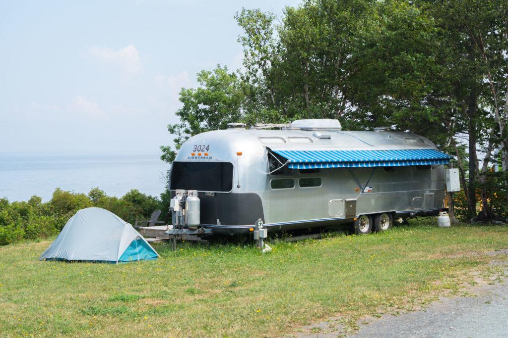 Airstream vintage et tente en camping à Petit-Rocher