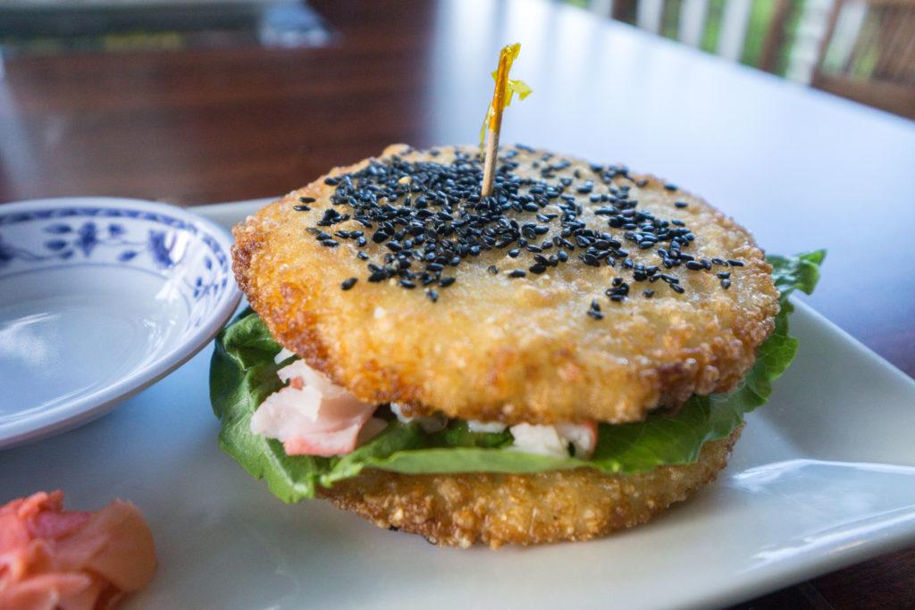 Burger-sushi à l'Auberge bistro d'Anjou de Petit-Rocher - Quoi manger au Nouveau-Brunswick?