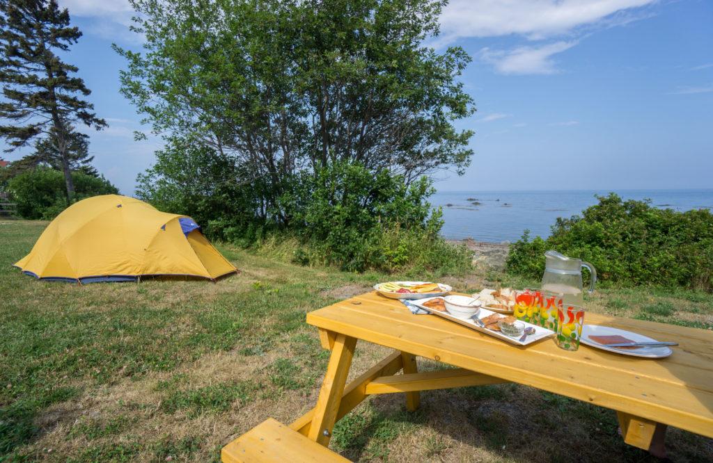 Camping - Tente et table de pique-nique à Petit-Rocher-Nord au Nouveau-Brunswick