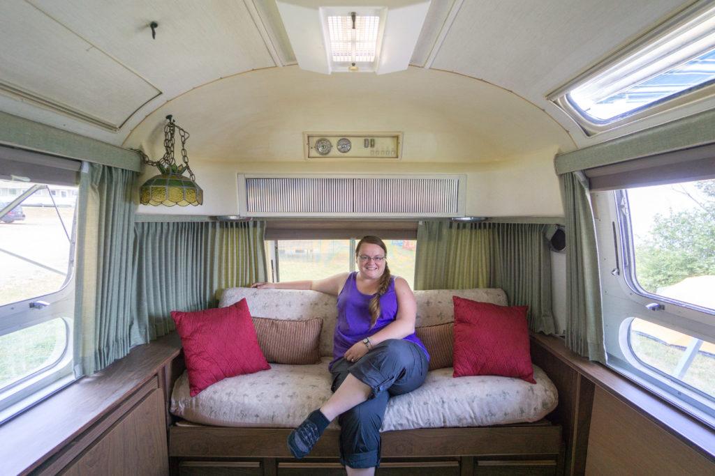 Jennifer dans le Airstream vintage à Le Camping Au Rocher Boisé