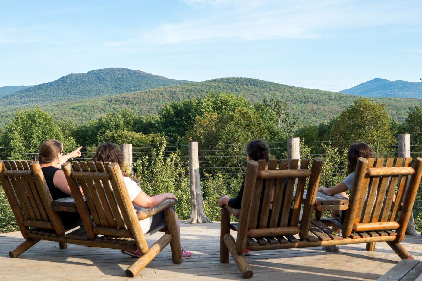 Petite pause dans les chaises Adirondack après le Vélo-Volant de Sutton