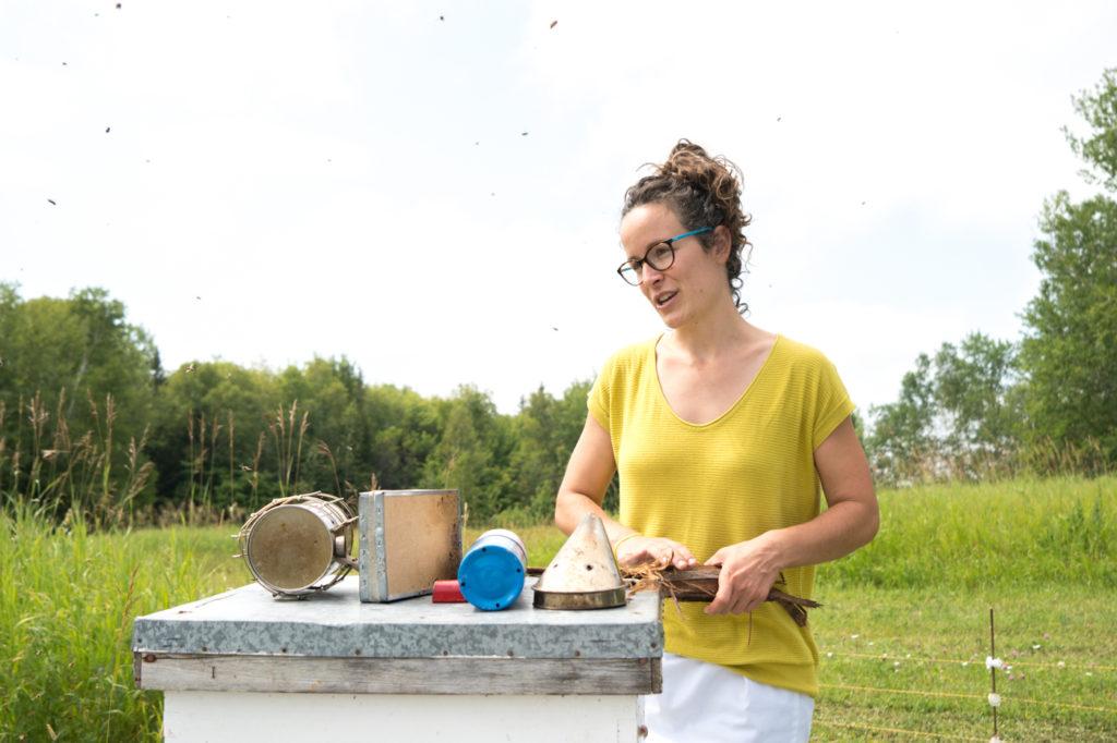 Marie-Christine - Miellerie Charlo avec la ruche