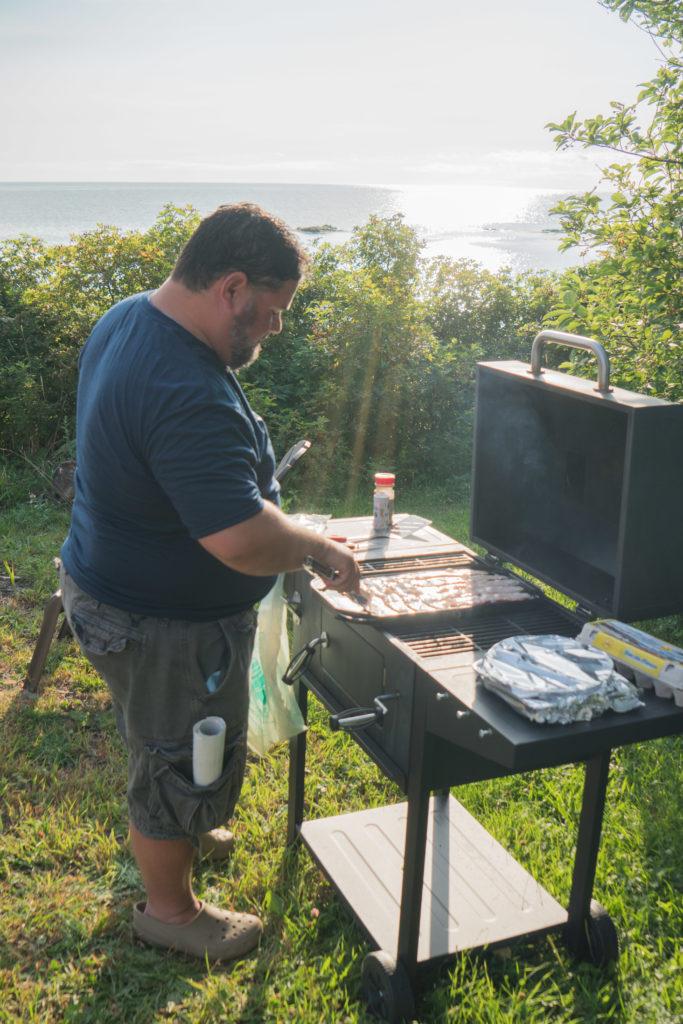 Le maire Paolo Fongemie nous fait à déjeuner sur le barbecue
