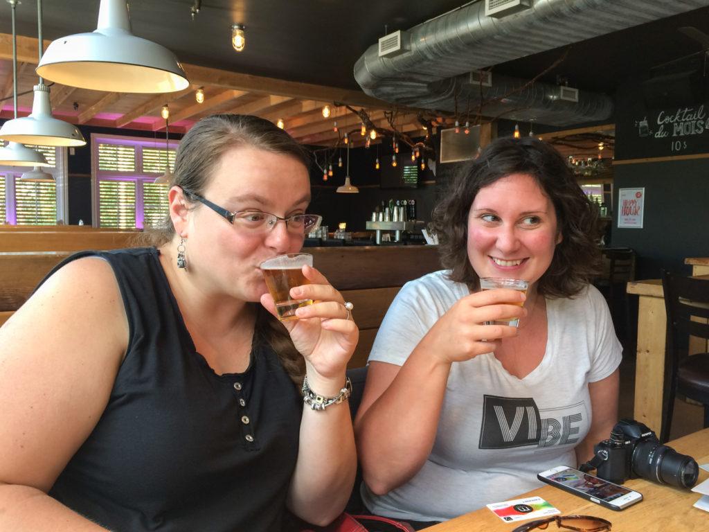 Annie Picard et Jennifer Doré Dallas en train de déguster des bières